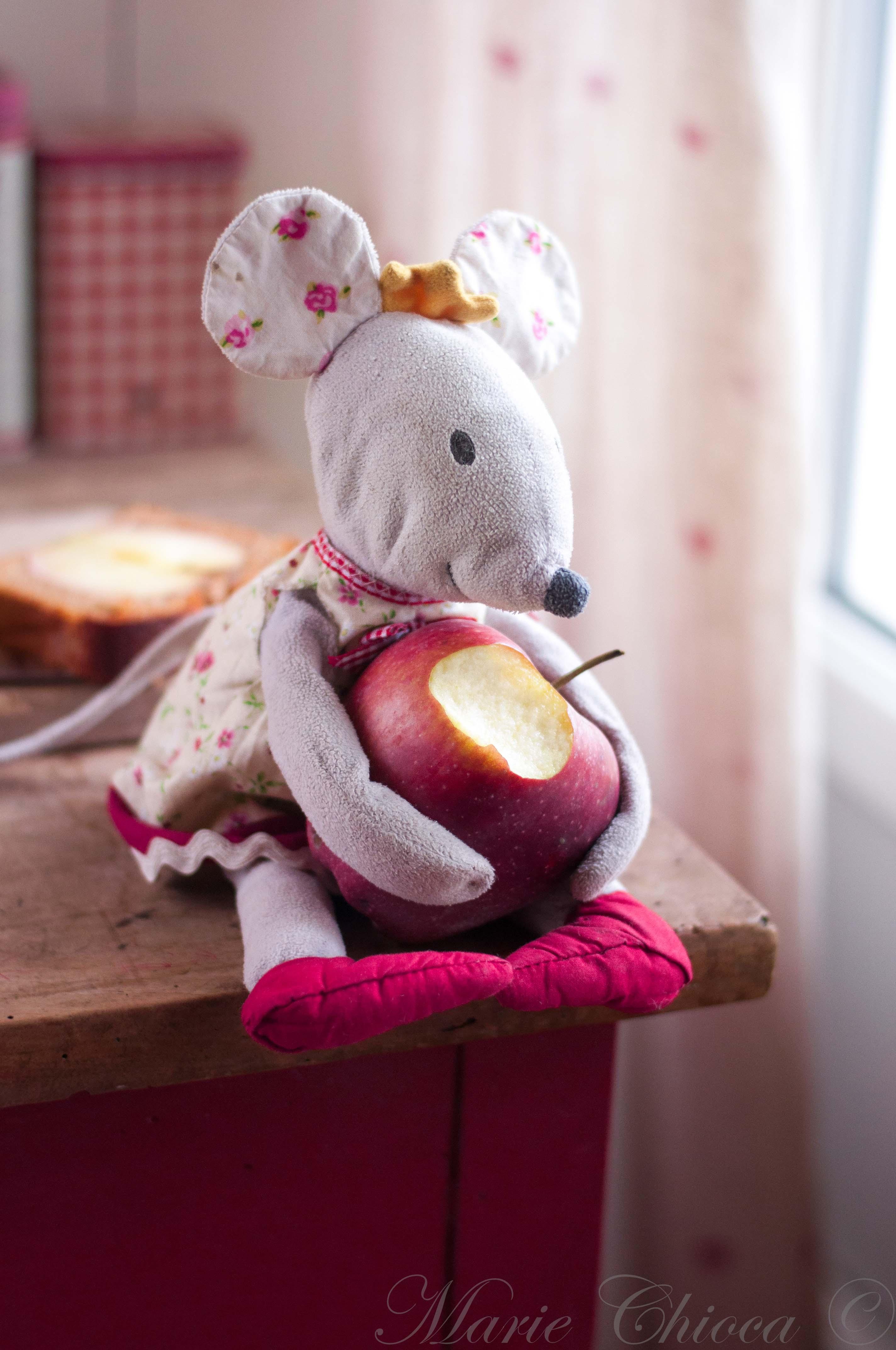 la-souris-qui-mange-les-pommes