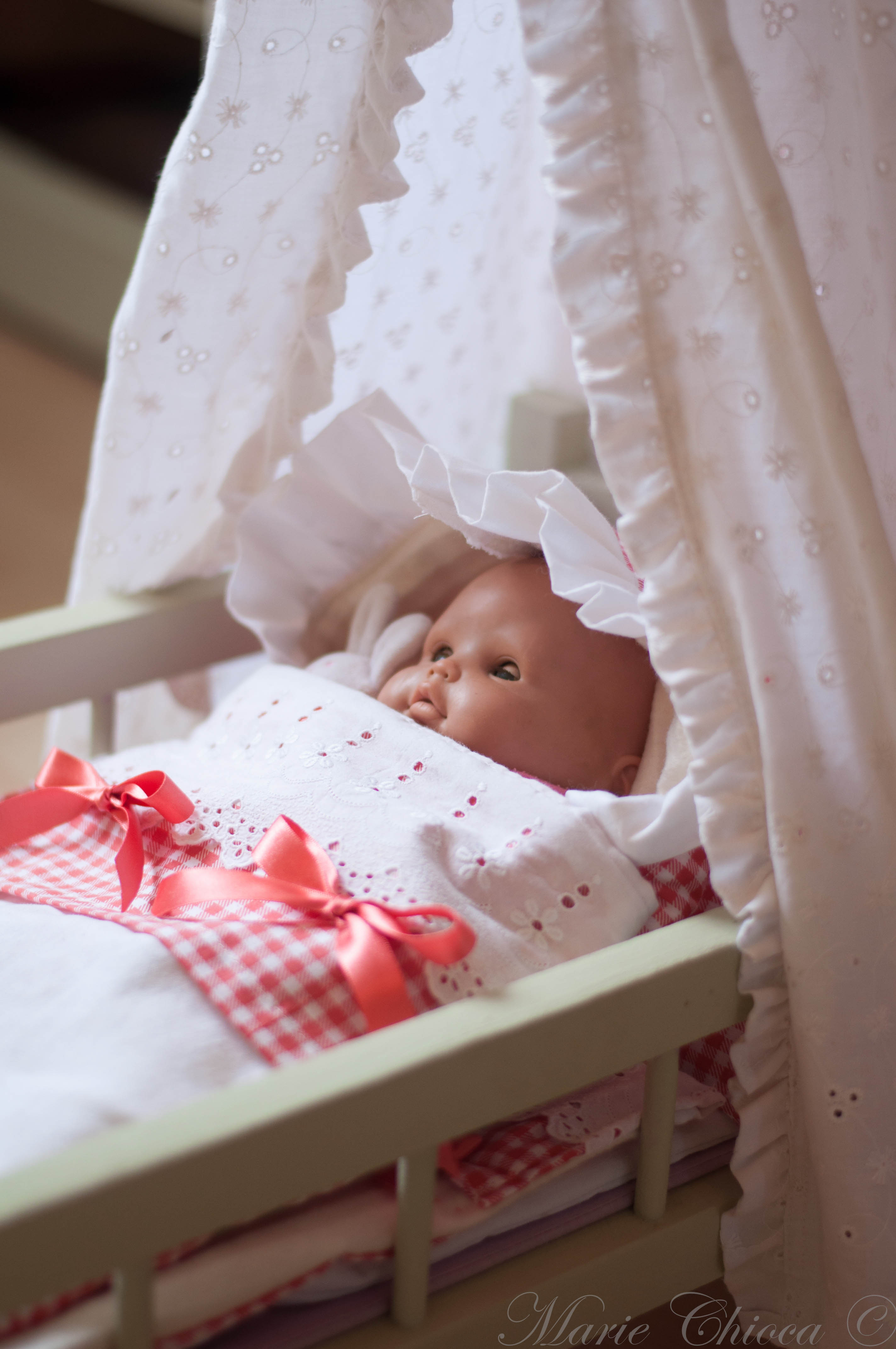 08836523a2598c ... tous les meubles de poupée ont été repeints 😉 Je vous dis, on s'est  fait ça en mode mo-ti-vé ! C'est surtout ma grande-fille-aux-doigts-de-fée  qui s'y ...