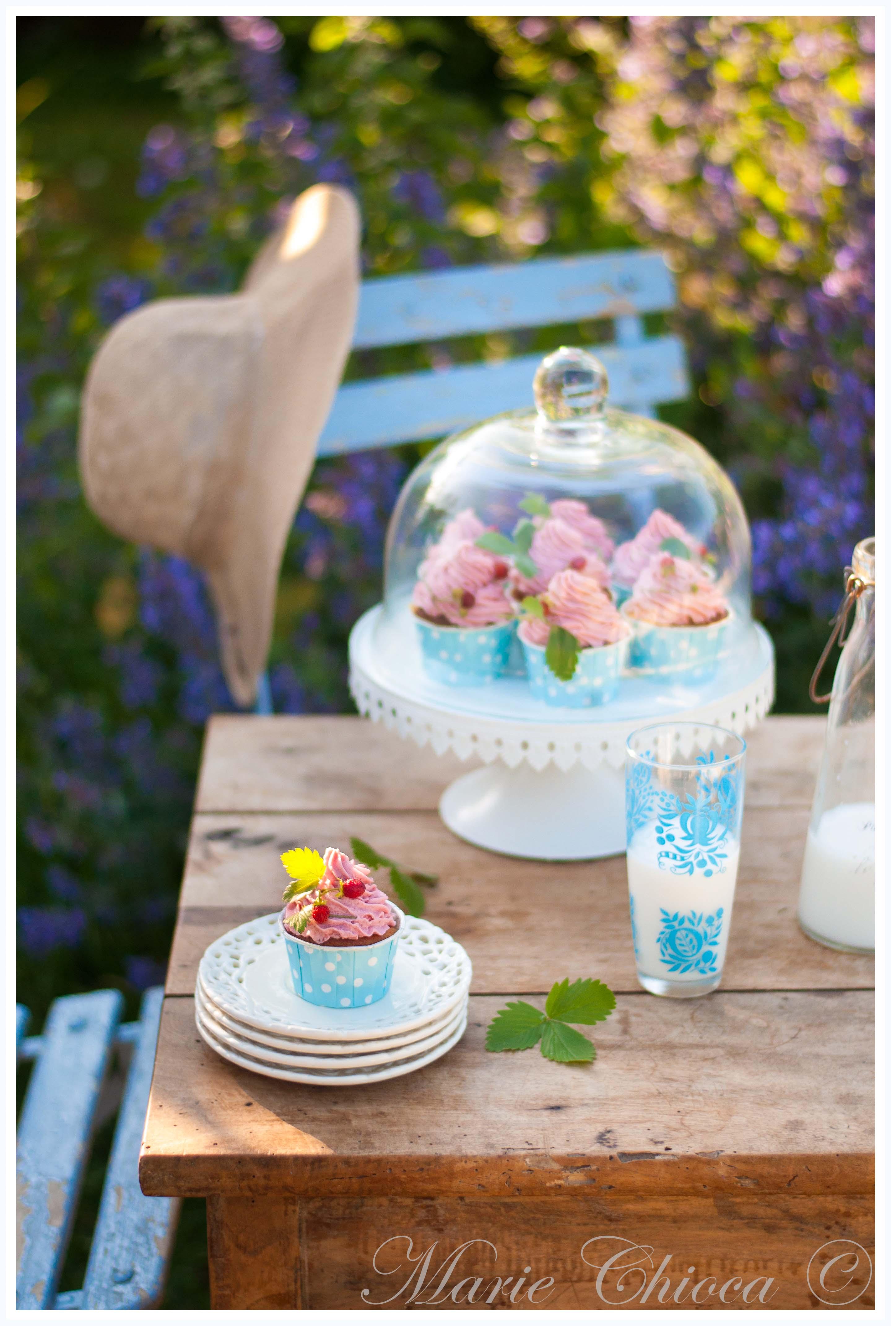 printemps-cupcake-a-la-creme-de-coco-et-fraise-des-bois-photo-en-plus-2